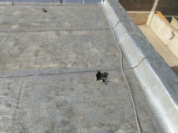 برخورد سنگ آسمانی بر بام خانه در فامنین + تصاویر